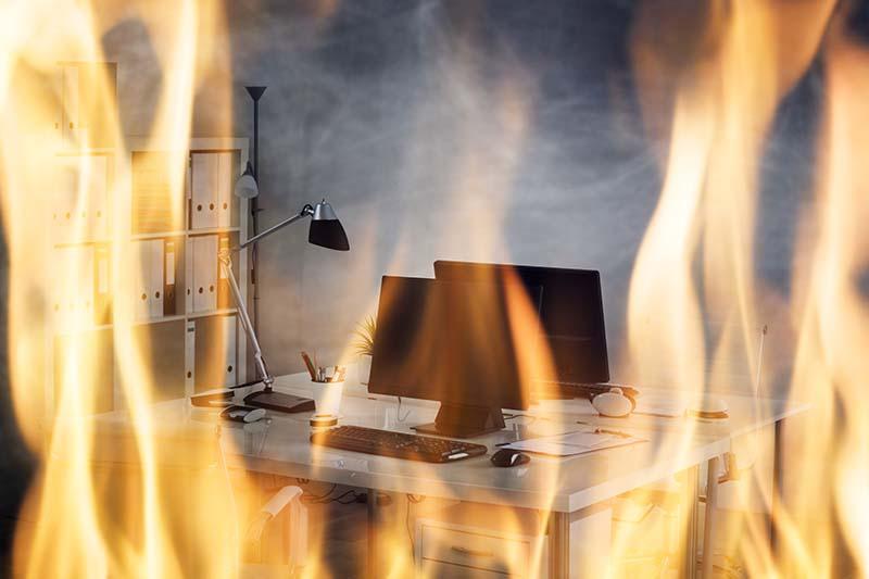 Aseguranza por Interrupción de tu Negocio | Oficina quemandose