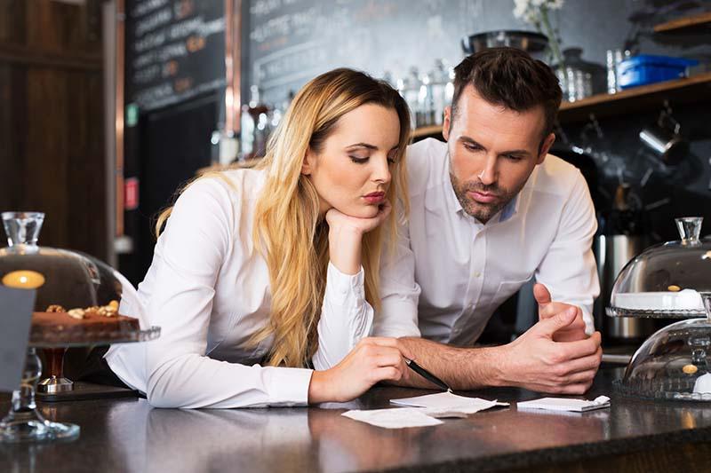 Dos Emprendedores Pensando acerca de los Riesgos de su Negocio—Seguro Para Negocios